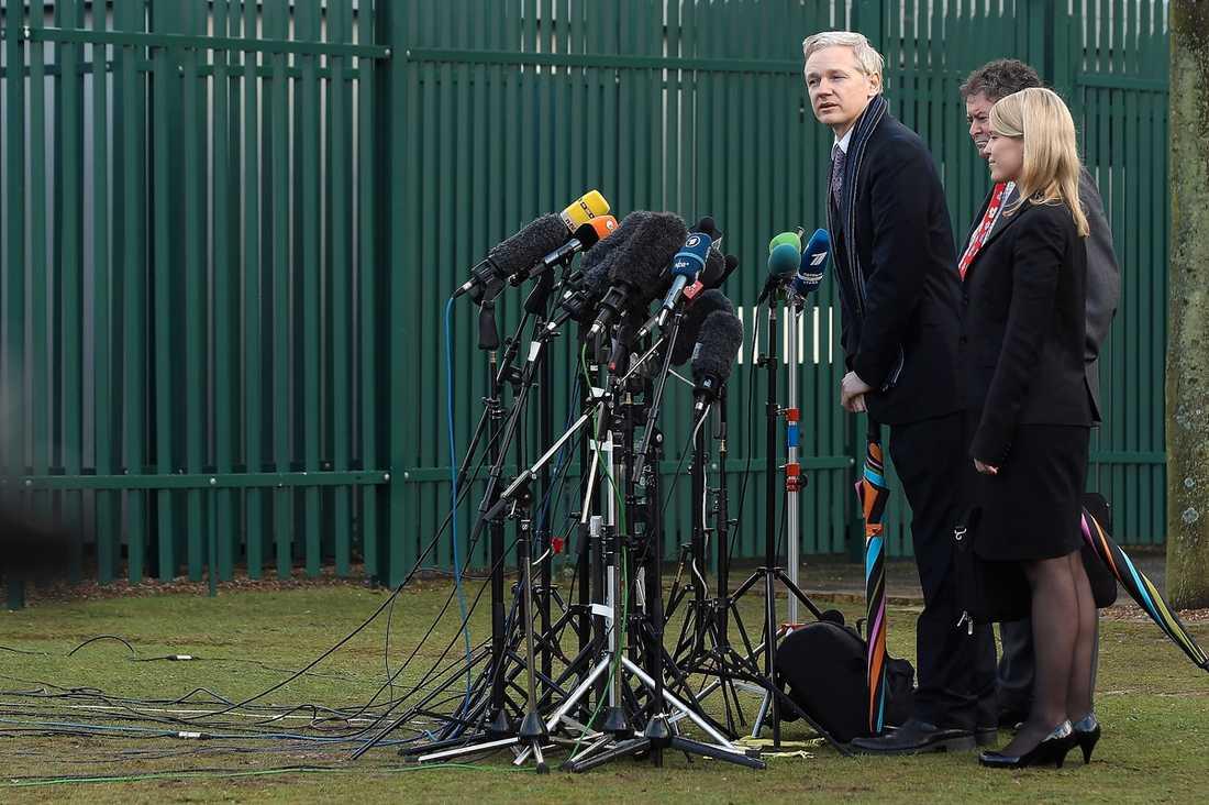 KRITISERAR SVERIGE Julian Assange – med två av sina tre advokater, Mark Stephens och Jennifer Robertson höll i går presskonferens utanför Belmarsh Magistrates Court efter rättegången. Assange själv och hans advokater har riktat hård kritik mot Sverige och i går mot Fredrik Reinfeldt efter hans uttalande om fallet.