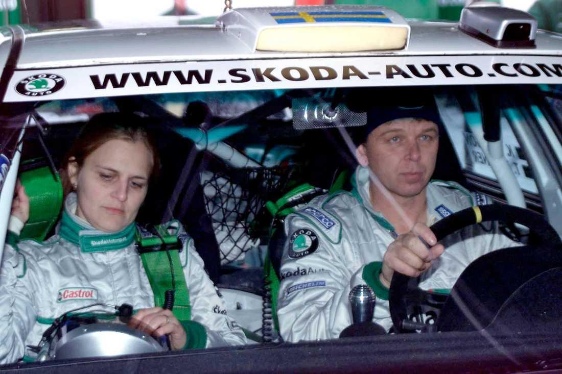 Tina tillsammans med föraren Kenneth Eriksson under Svenska Rallyt 2002.
