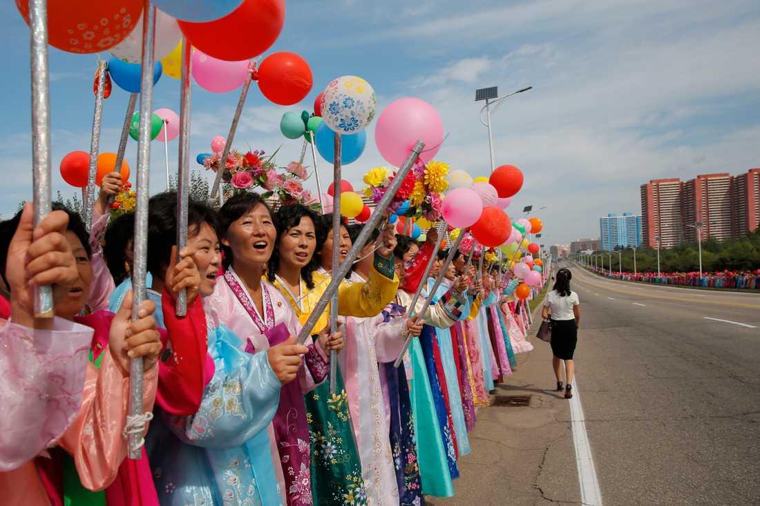 Nordkoreanska åskådare väntar på en parad i samband med landets 70-årsfirande den 9 september.