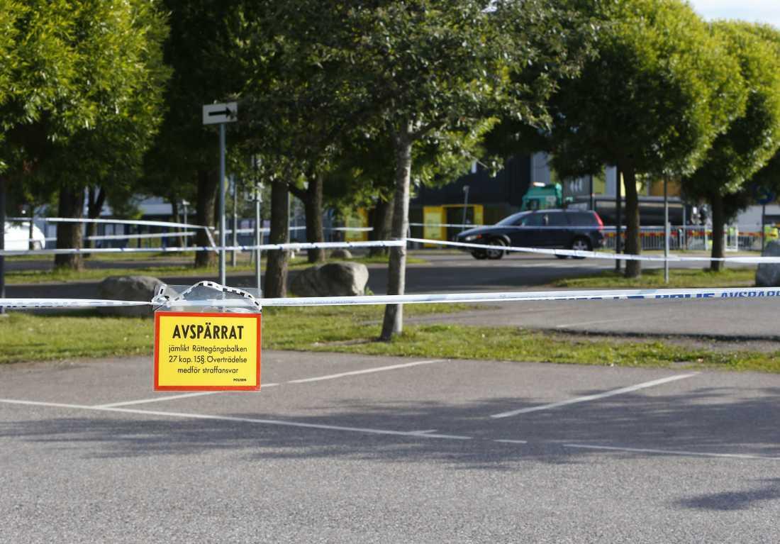 Den skjutne fördes med ambulans till sjukhus. Polisen meddelade senare att personen dött av sina skador.