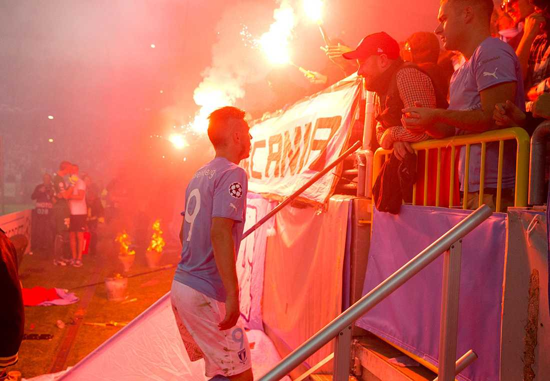 När Malmö FF avancerade till Champions league-gruppspelet höll de egna fansens eldar på att orsaka problem för de himmelsblå. Anfallaren Markus Rosenberg gick själv fram och pratade med klacken.