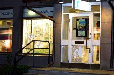 De maskerade rånarna sköt vilt in genom och dörrar och fönster till Nordbankens kontor vid Spånga torg. De båda väktarna, som befann sig inne i banken klarade sig oskadda.
