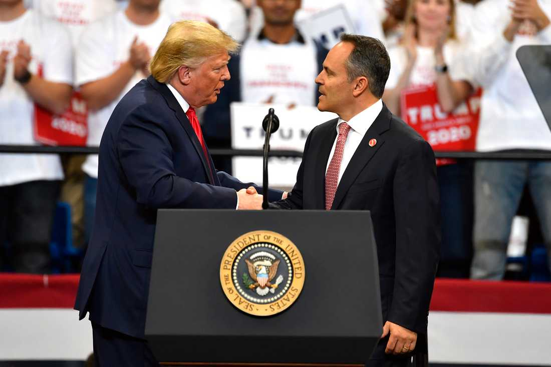 President Donald Trump skakar hand med Kentuckys guvernör Matt Bevin under måndagens tal i Lexington, Kentucky.