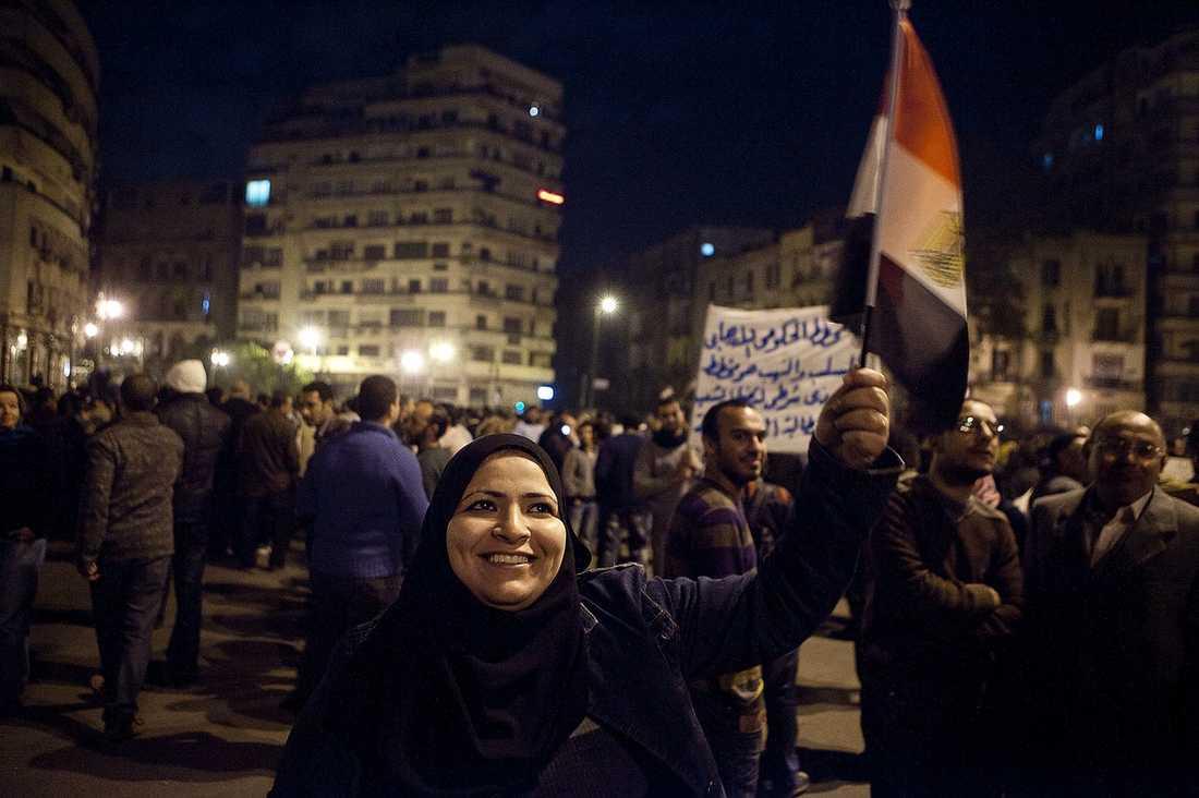 Tahrir-torget är fyllt av demonstranter dygnet runt. De flesta är män, men även kvinnor och barn trotsar utegångsförbudet.