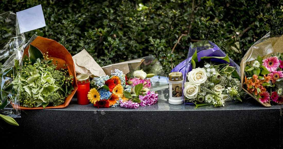 Även i Haag utanför den franska ambassaden placerades blommor och ljus för att hedra offren i attacken.