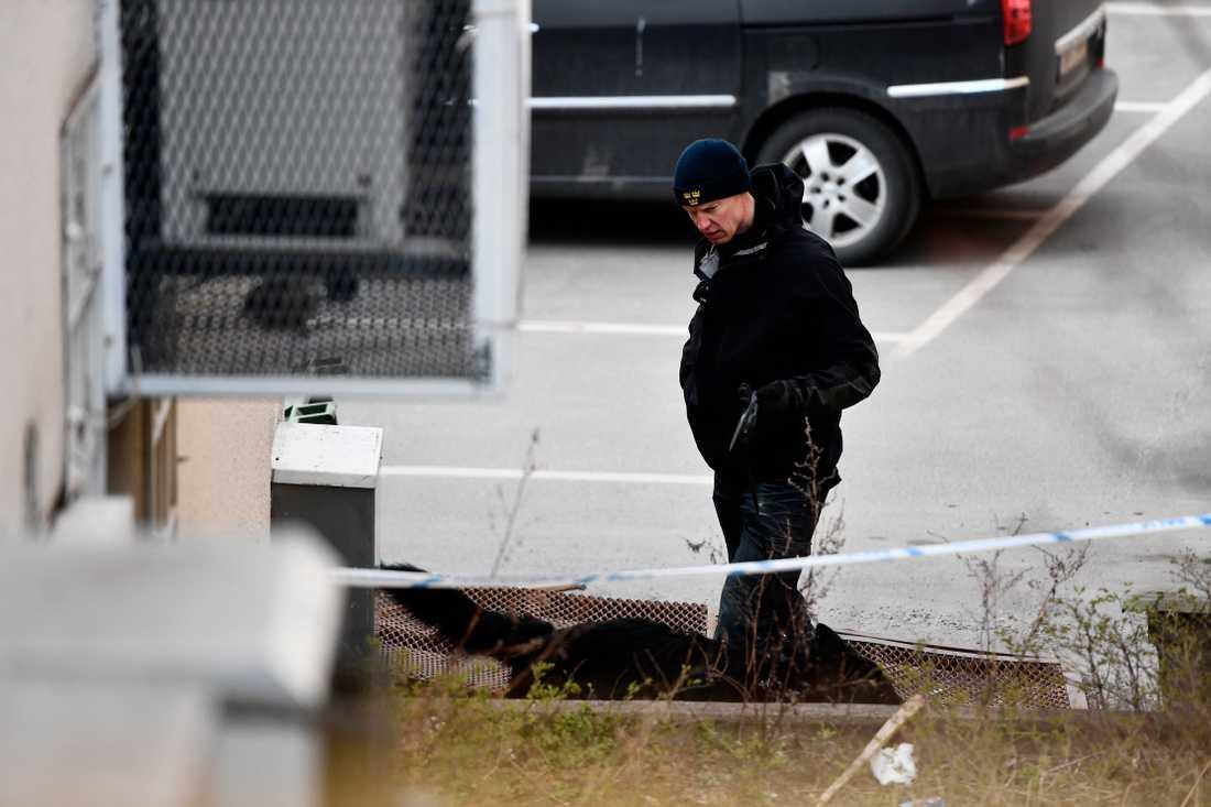 Enligt uppgifter till Aftonbladet låg klädesplagg tillhörande offren på baksidan av fastigheten.