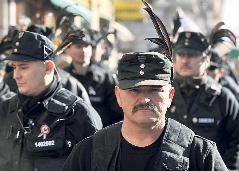 Förföljer romer Partiet Jobbiks paramilitärer i Magyar Garda marscherar genom de ungerska byarna. Under 12 månader har minst 30 överfall av romer rapporterats, men bara en förövare gripits.