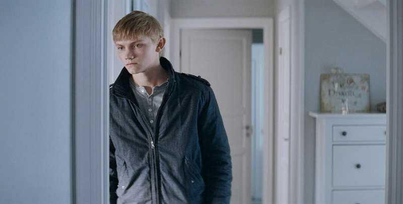 Ulrik Munther spelar 17-årige John som kommer hem till bondgården efter att ha avtjänat ett straff för att ha mördat sin flickvän.