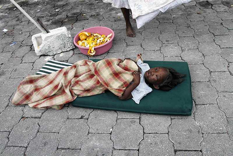 har en säng – mitt i ingenting En liten flicka som klarade sig undan jordbävningen med lätta skador har placerats på en tunn madrass mitt på gatan.