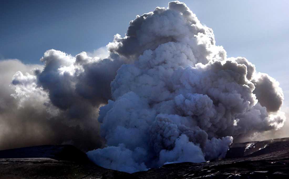 Vulkanen Eyjafjallajökull, som ligger tolv mil öster om Reykjavik på Island, fick natten mellan den 14 och 15 april 2010 ett större utbrott. Askmolnet från vulkanen spreds över Europa och all flygtrafik har fått ställas in. Men svenskarna behöver inte oroa sig för att askan ska skada deras hälsa, menar experter.