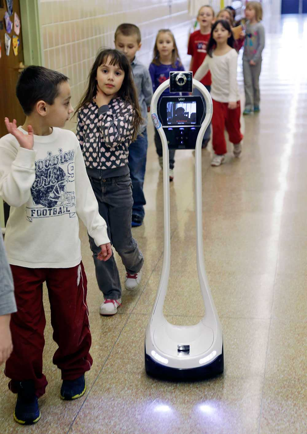 """Roboten – och Devon – kan följa sina klasskamrater över hela skolan. Men måste få hjälp att frakta den åtta kilo tunga """"kroppen"""" upp och ned för trappor."""