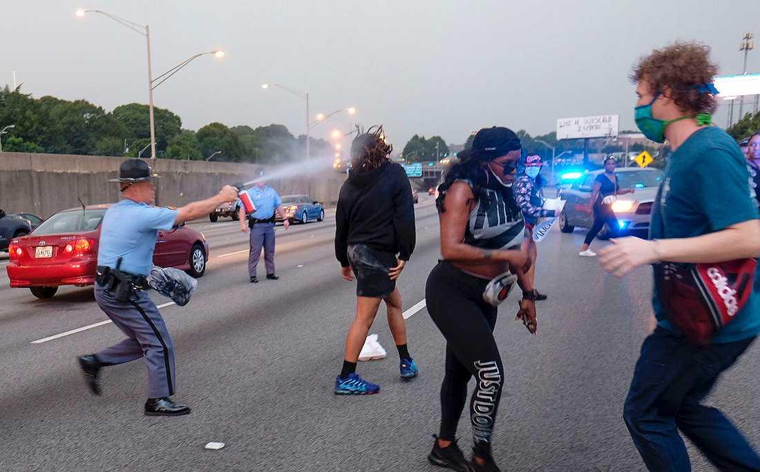 Polis använder pepparsprej för att skingra demonstranter i staden Atlanta i USA efter dödsskjutningen av den svarte 27-åringen Rayshard Brooks.