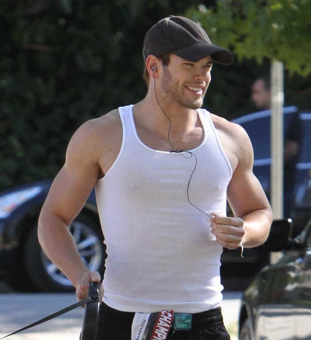 25-åringen är på strålande humör och visar att han kört en del på gymmet med.