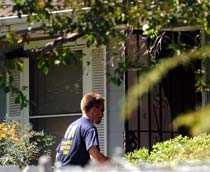 Var det här hon hölls fången? Polisen genomsöker ett hem som misstänks ha varit inblandat under kidnappningstiden.