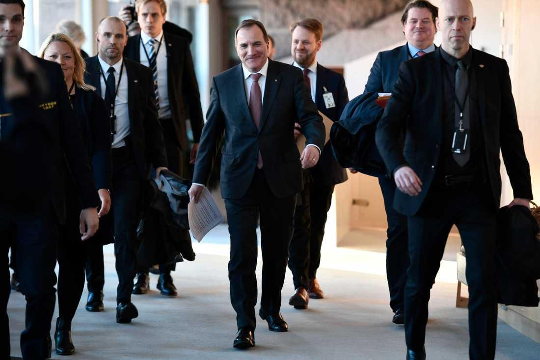 Stefan Löfven på väg till pressträffen