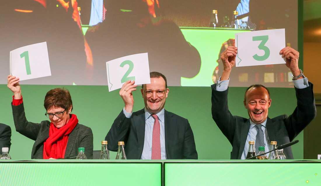 Friedrich Merz (till höger) och Annegret Kramp-Karrenbauer (till vänster) finns bland förhandsfavoriterna när det gäller partiledarposten i CDU. I mitten syns också kandidaten Jens Spahn.