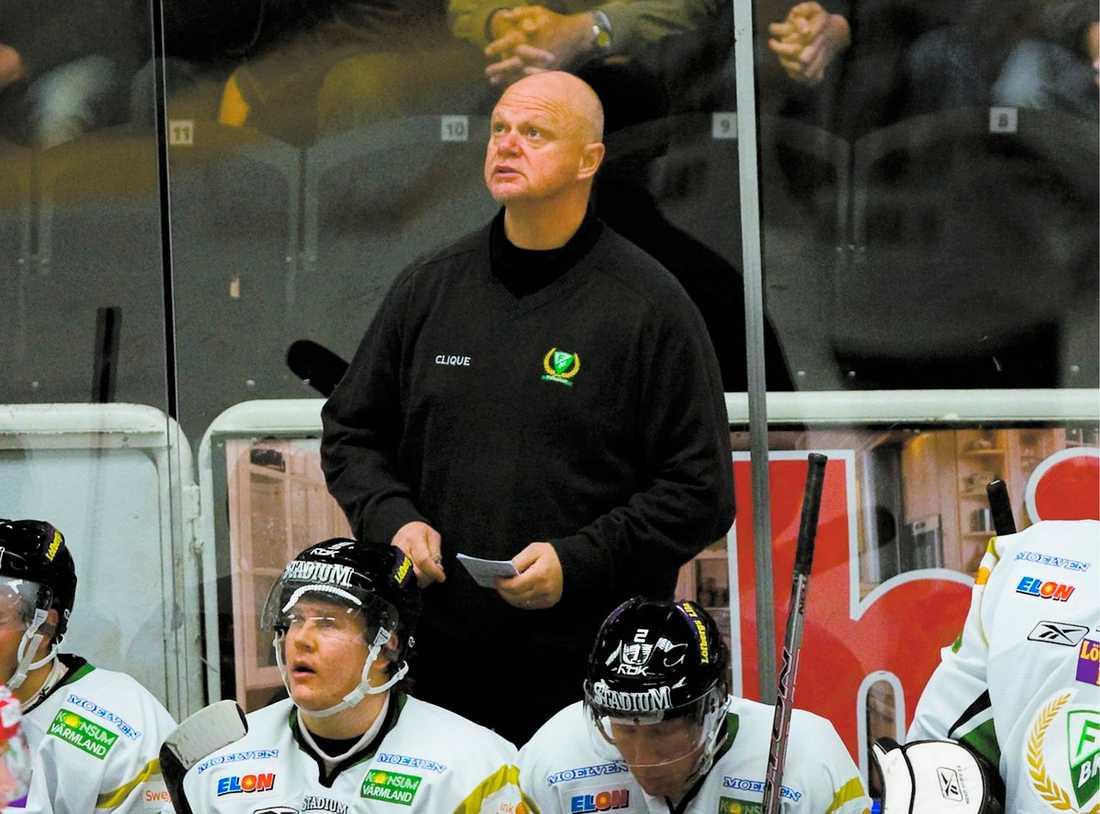 CHOCKBESKED Färjestad är inget krislag – men i går fick tränare Roger Melin sparken. Beskedet fick han av sportchefen Håkan Loob – via telefon.