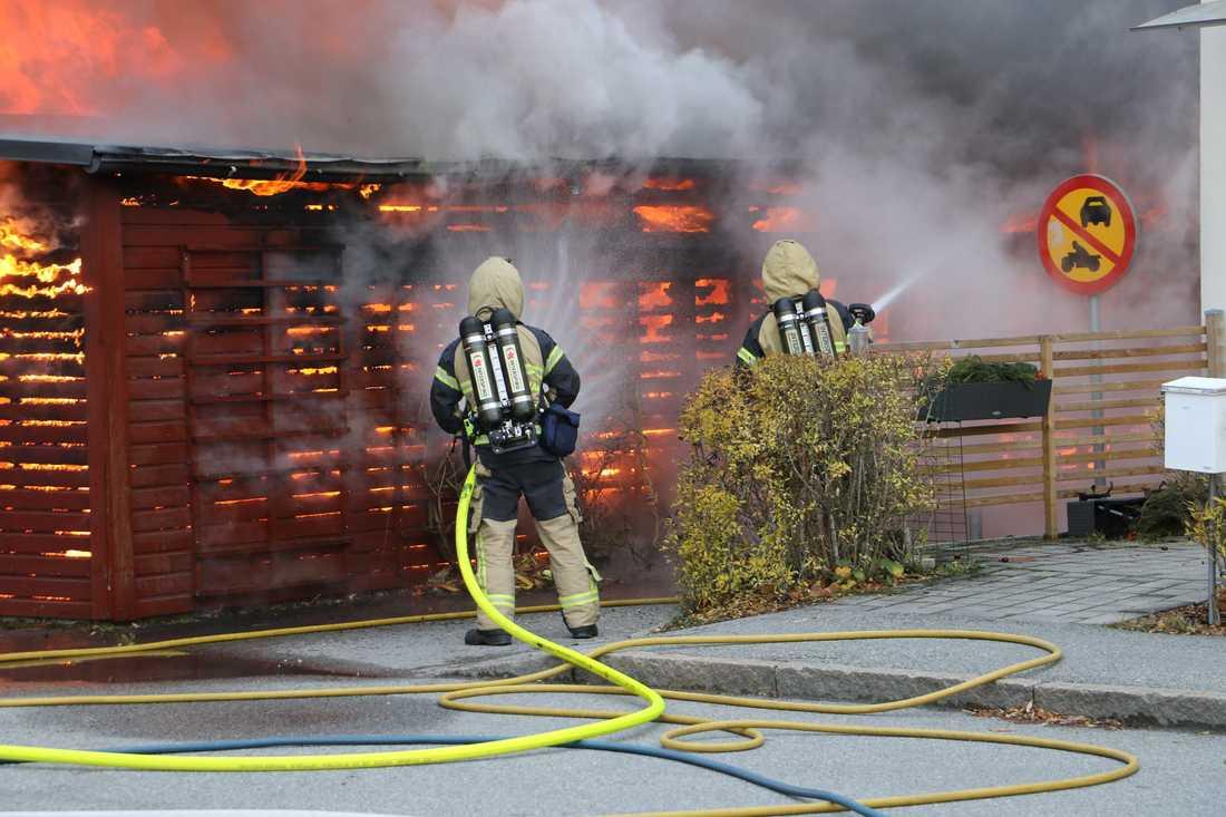 En brand rasar i stadsdelen Gränby i Uppsala.