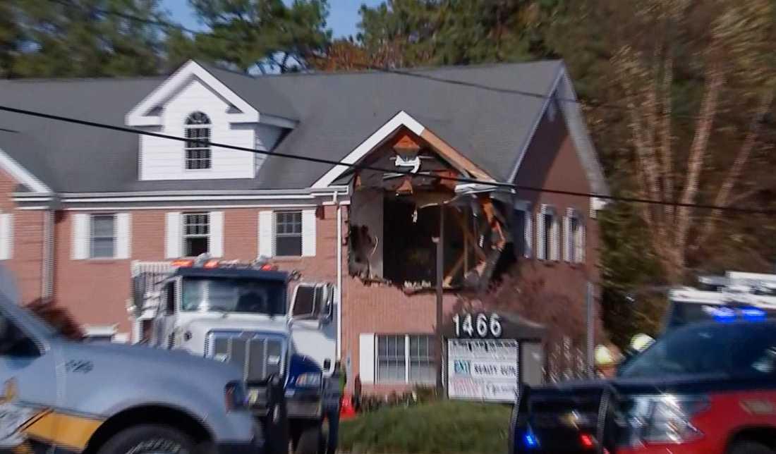 Bilen kraschade in på andra våningen på ett kontor i New Jersey.