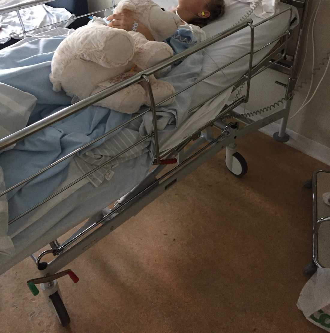Linnéa låg på sjukhuset i två veckor.