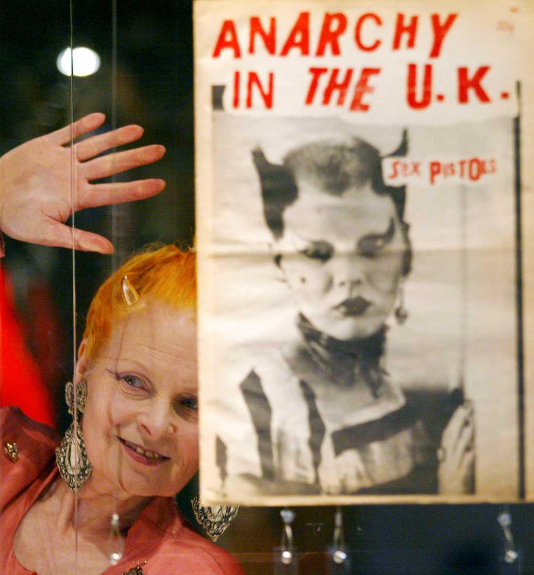 Den brittiska modeikonen Vivienne Westwood började sin bana med att designa t-shirts under punkeran.