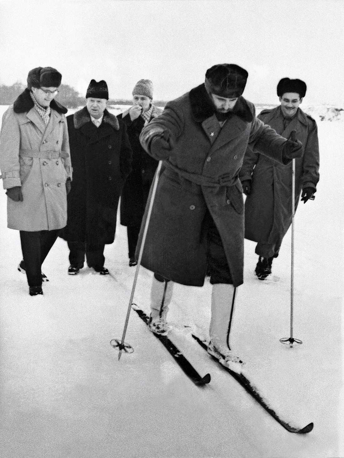 Åker skidor utanför Moskva på ett statsbesök i Sovjetunionen 1964.