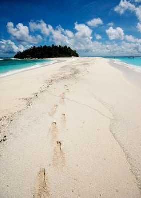 Private Island, Nauku Levu Island, Fiji Drömmer du om en semester där dina egna fotspår är de enda som syns i sanden? Här, mitt i Söderhavet, bor du på en ö två mil från civilisationen, omgiven av kokospalmer och korallrev... Paradishyddan blir din för 400 dollar natten (cirka 2700 kronor), och då ingår en egen kock. Den som vill ladda batterierna ordentligt kan hyra hyddan i en månad, för 6360 dollar (cirka 43 000 kronor). Kolla efter billiga flygbiljetter till Fiji här!