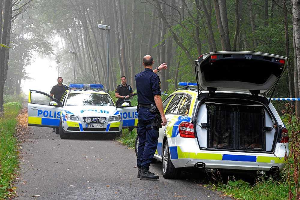 Polis på plats i Frösunda, där en man hittades död. Mannen kan ha lockats på en dejtingsajt.