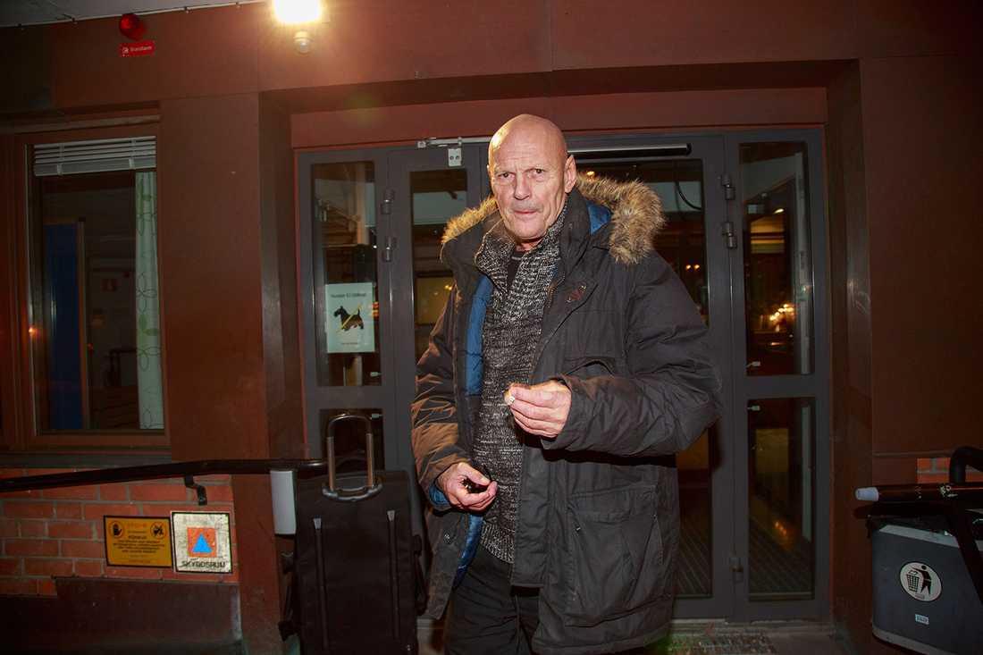 Lars-Inge Svartenbrandt, numera Lars Ferm, var anhållen i sin frånvaro för grovt brott. Under onsdagskvällen anmälde han sig hos polisen.