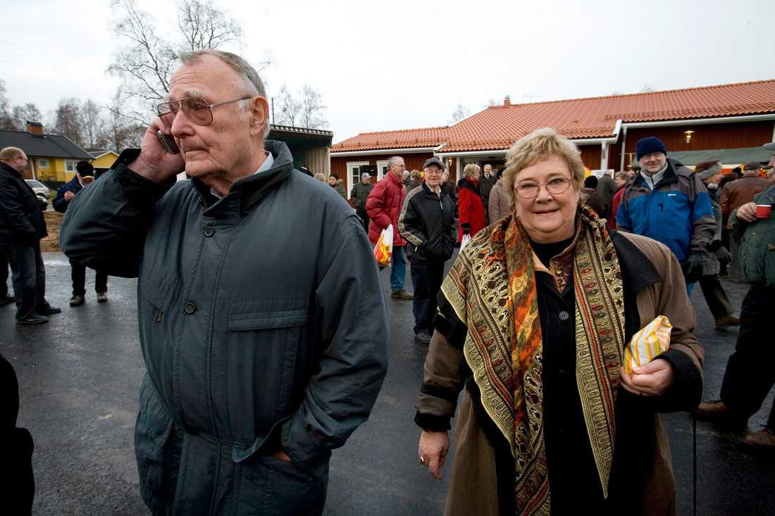 Ingvar Kamprad, här tillsammans med Magaretha, inviger en etanolmack och diversehandel i Agunnaryd, Småland 2005.