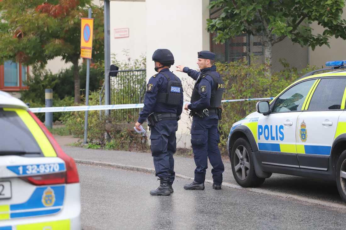 Polisen har spärrat av ett område i Flemingsberg söder om Stockholm efter en misstänkt detonation under natten
