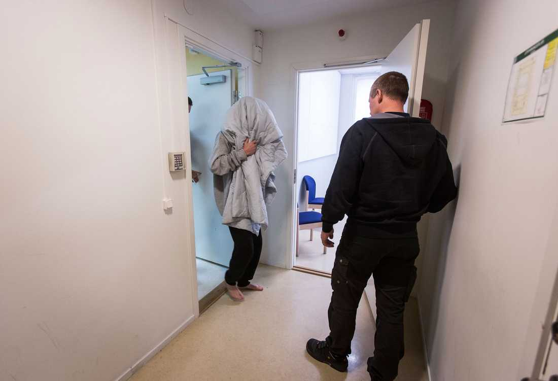 En av de misstänkta, en man, har häktats. Under förhandlingen medgav han inblandning i brottet.