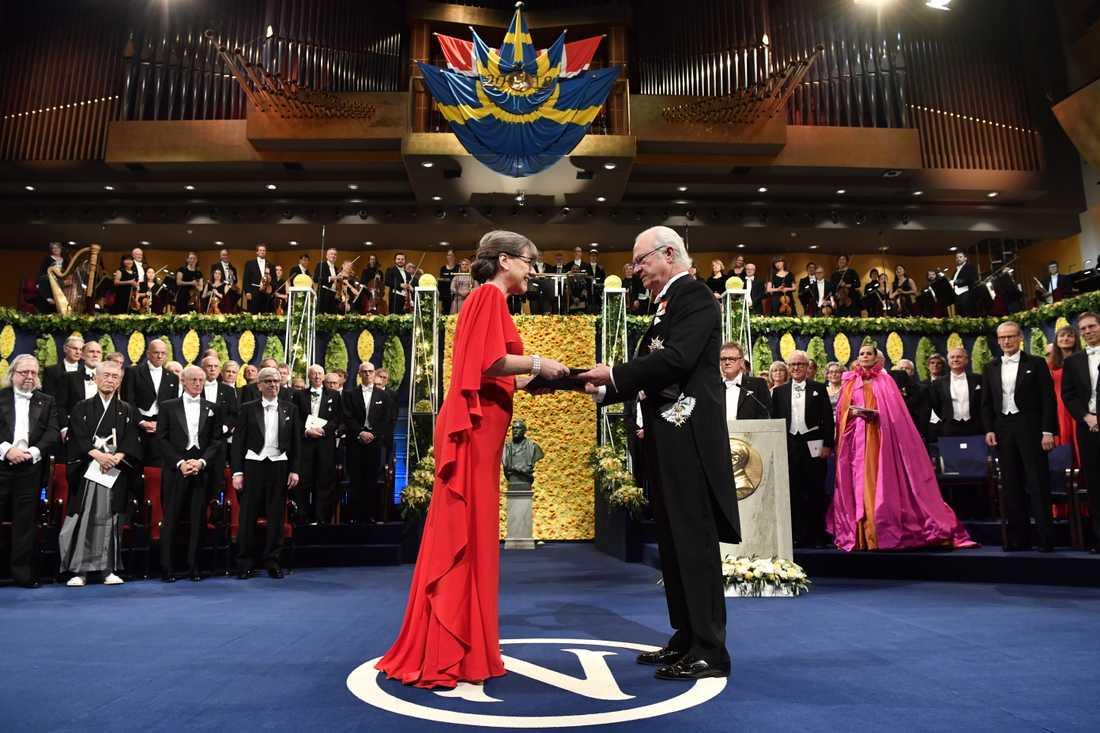 Donna Strickland får sin medalj av kung Carl Gustaf i Konserthuset i Stockholm. Hon blir den tredje kvinnan hittills att motta ett Nobelpris i fysik.