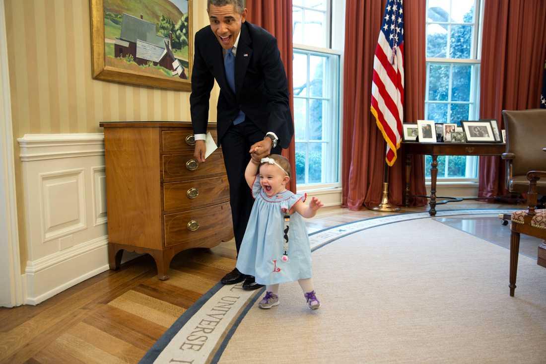 Ettåriga Lincoln Rose Smith, dotter till en av presidentens tidigare medarbetare –  tar sina första kliv i livet – i Ovala rummet.