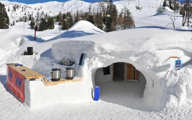 Snow Igloo, Krvavec, Slovenien Är skidsemester lika med timmerstuga? Nepp. I den här skidorten i Slovenien kan du bo i igloo! De är naturligt isolerade och möblerna är täckta med mjuk päls. Priset för en natt i snön: 189 dollar (cirka 1300 kronor). För en månad: 6110 dollar (cirka 41 000 kronor) Kolla efter billiga flygbiljetter till Slovenien här!