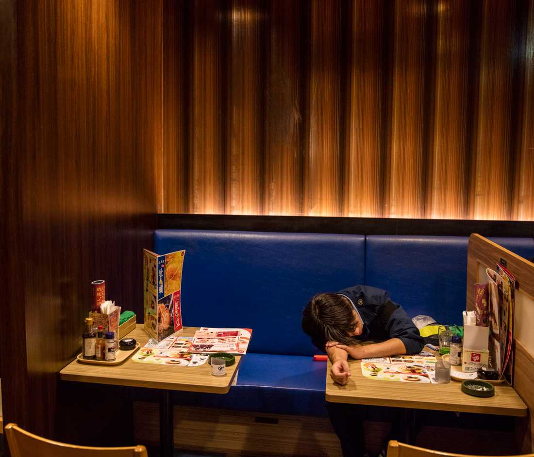 Porträttserie, 2-a pris: En man har somnat inne på en nattöppen restaurang i centrala Tokyo. Att somna på allmän plats är socialt accepterat i Japan. Det kan till och med ses som något fint: Att arbeta sig själv till utmattning.