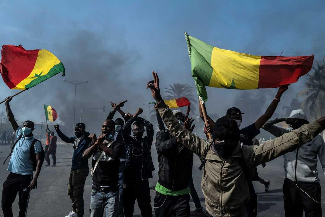 Unga protesterar mot gripandet av Ousmane Sonko i Dakar i fredags.