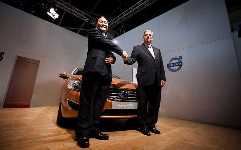 Det viktiga handslaget – mellan Li Shufu, ägare Kina Geely och Lewis Booth, finanschef USA Ford.