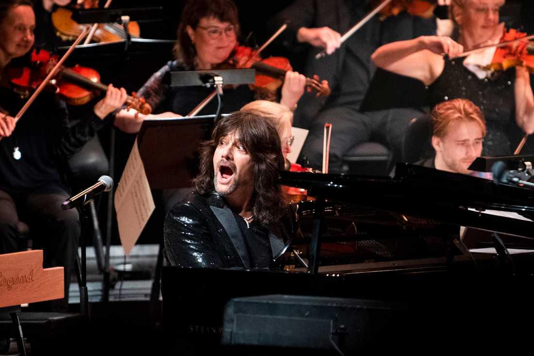 Full fart vid pianot när Robert Wells firar 30 år med Rhapsody in Rock.