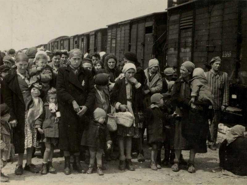 Judiska kvinnor och barn som deporterats från Ungern och nyss anlänt i Auschwitz 1944.