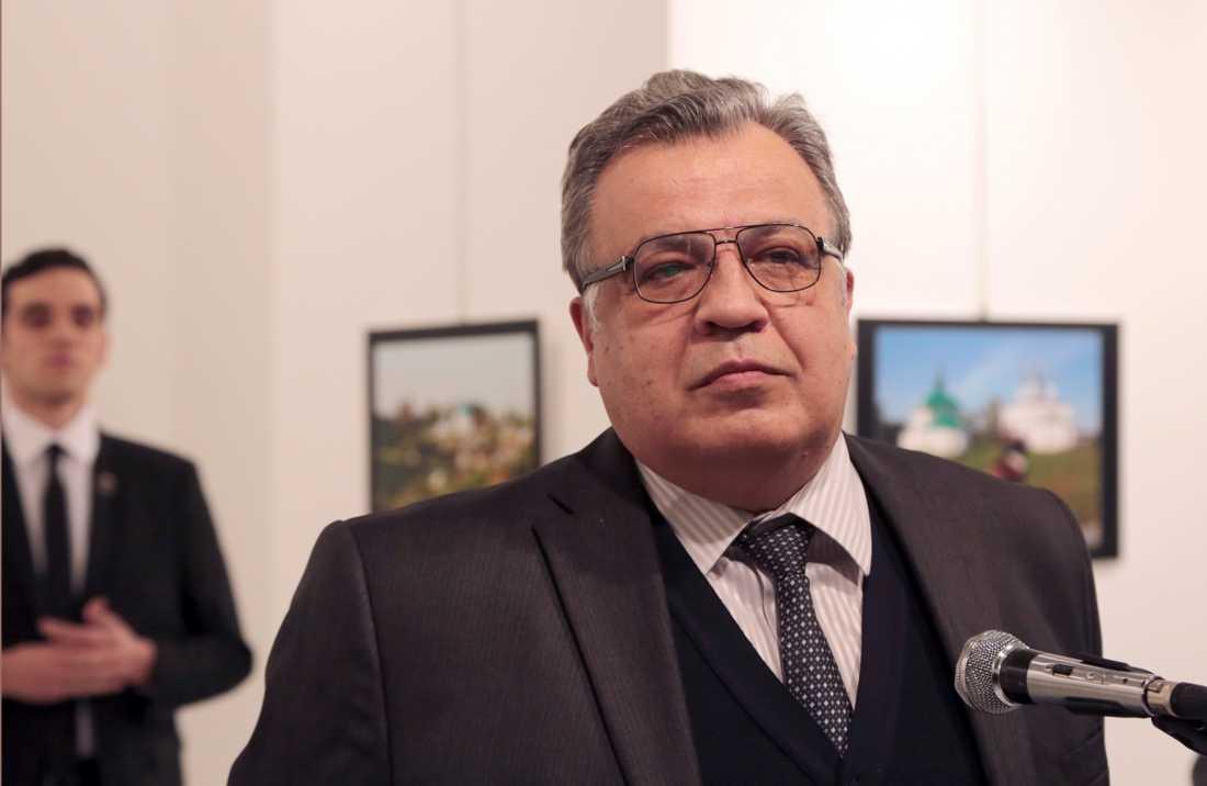 Rysslands dåvarande ambassadör i Turkiet, Andrej Karlov, talade vid en fotoutställning i Turkiets huvudstad innan han sköts ihjäl av mannen som skymtar bakom honom på bilden. Arkivbild.