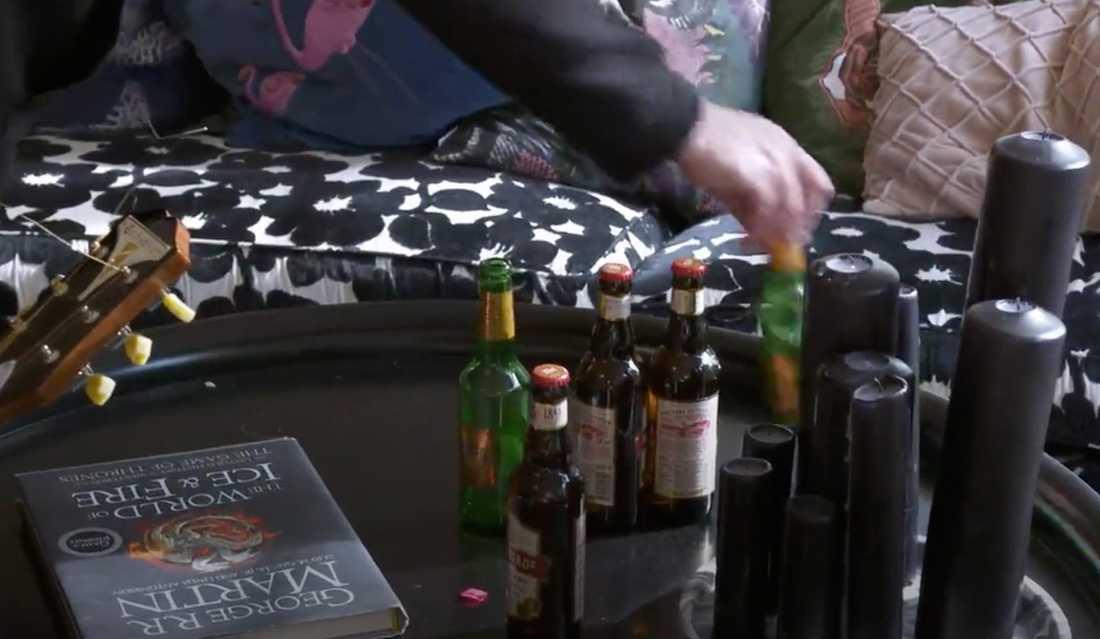 """Ölflaskor och smutsig disk i """"Så mycket bättre""""-huset."""