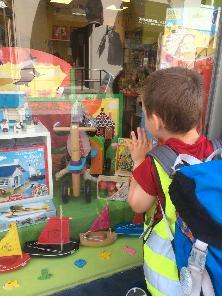 Barnen fick köpa vad de ville i leksaksbutiken.