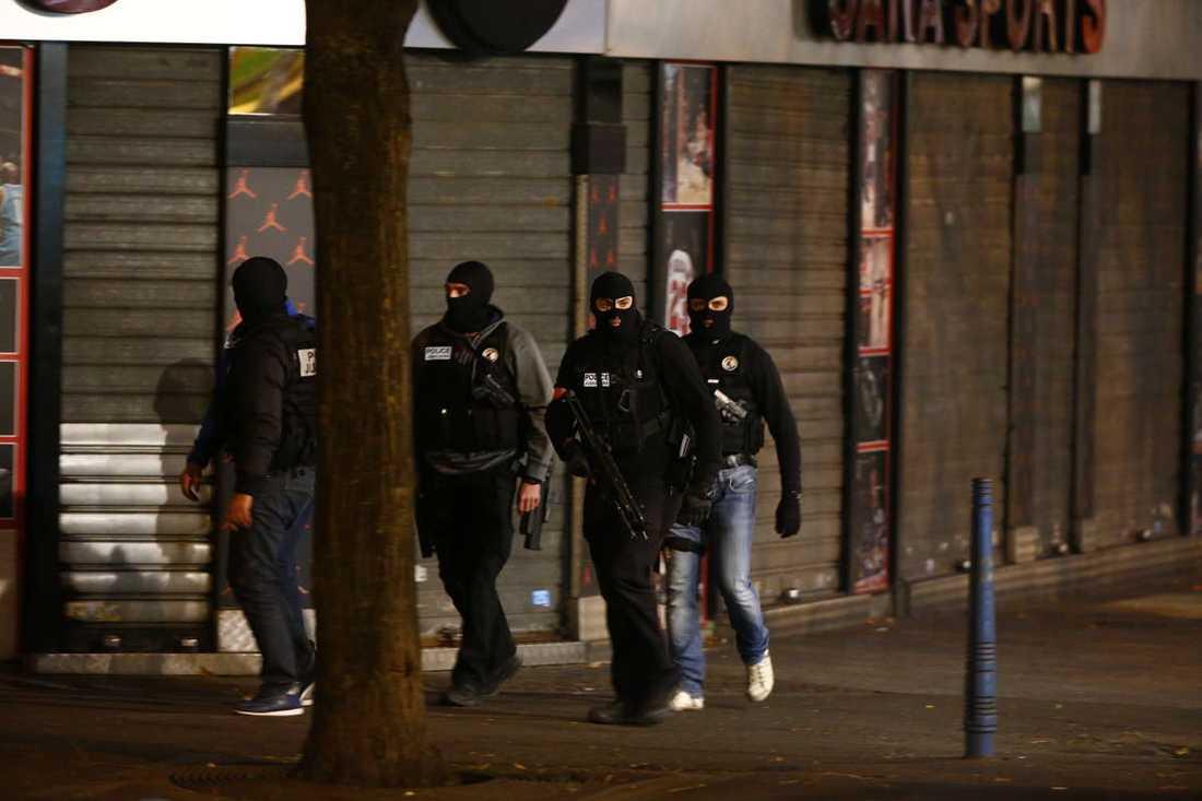 Terrorister som misstänks för attackerna jagas av polis.