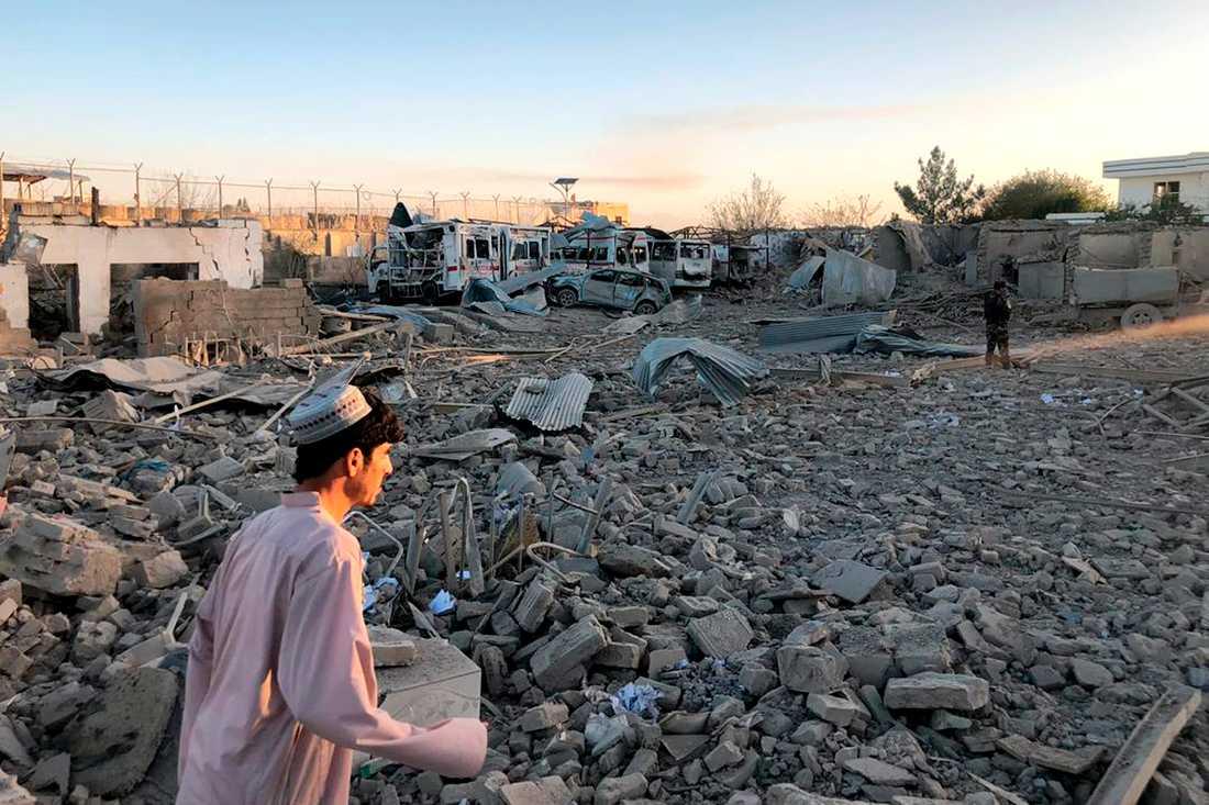 En bil lastad med sprängämnen dödade minst 20 personer vid ett sjukhus i staden Qalat i Afghanistan.