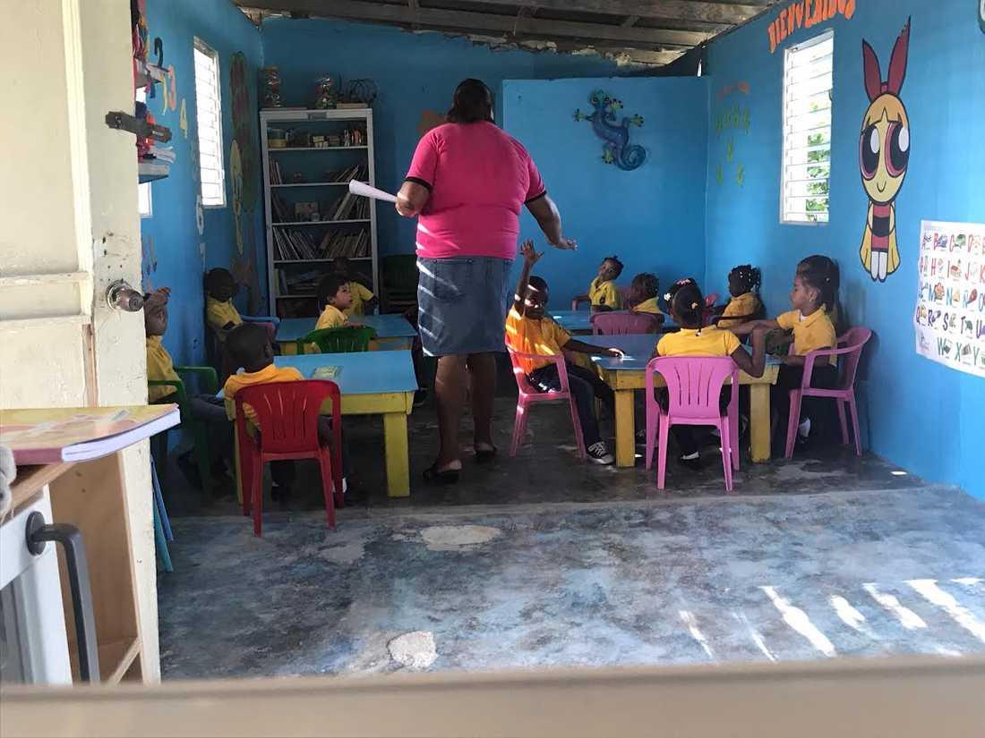 Så här såg en av de tre skolorna ut inuti innan orkanen Maria blåste av taket.