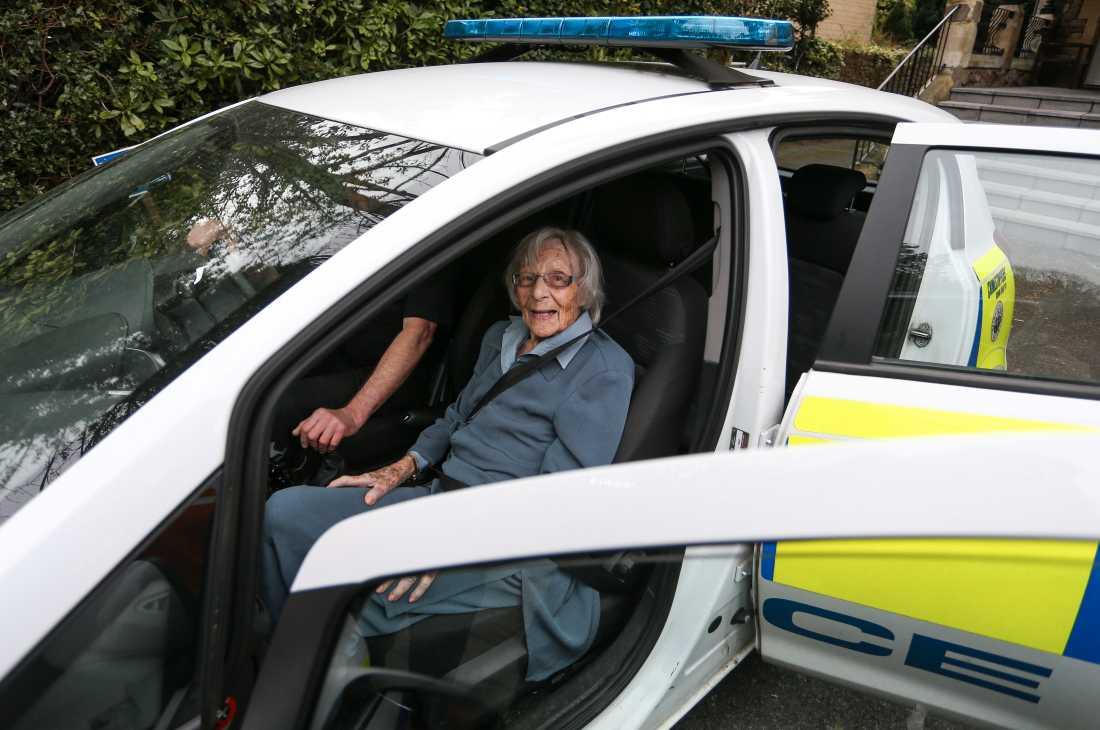 Anne Brokenbrow, 104, drömde om något få önskar sig – att bli gripen av polisen. Då blev hon det.