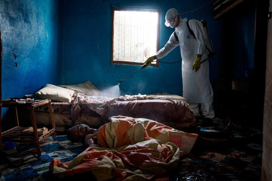 29-årige jonathan började blöda. Familjen lyckades inte få stopp på blödningarna. På en madrass på golvet förblödde Jonathan. Efter att begravningsteamet burit ut hans kropp och tagit av sig skyddsutrustningen måste de ta på sig ny utrustning. Madrassen kan inte ligga kvar, den är en potentiell smitthärd.