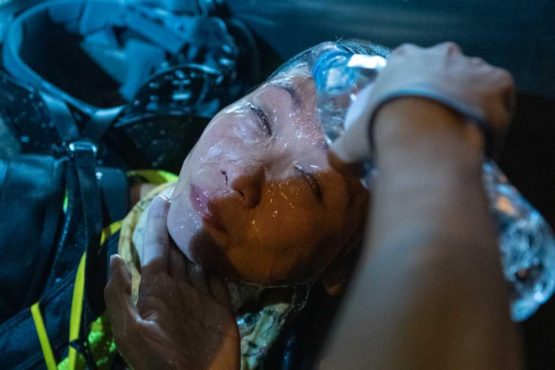 En demonstrant får ansiktet sköljt med vatten efter att ha träffats av tårgas.