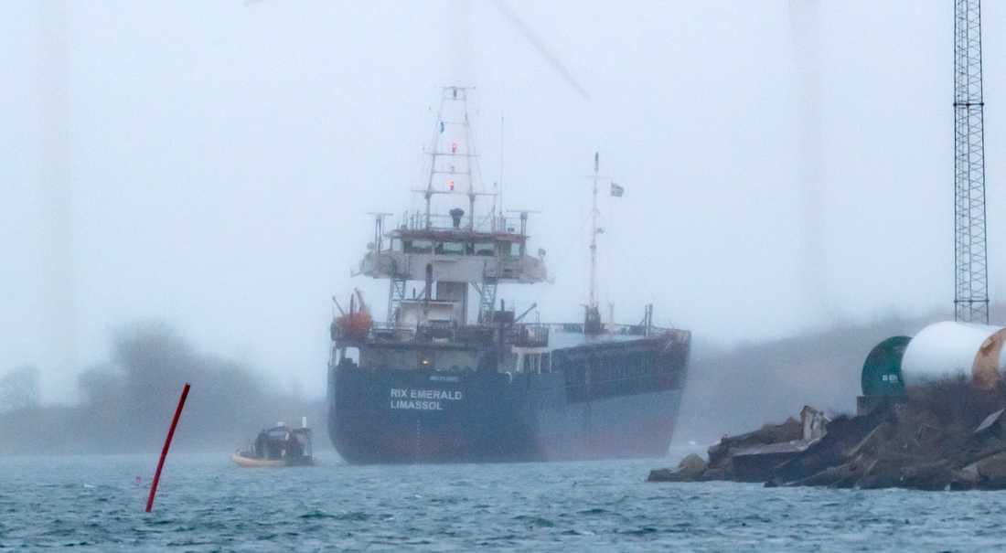 Kustbevakningen undersöker det 90 meter långa lastfartyget Rix Emerald som gått på grund i hamnen i Landskrona.